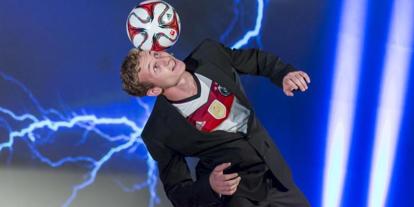 Sebastian Landauer jongliert mit Fußball auf Kopf