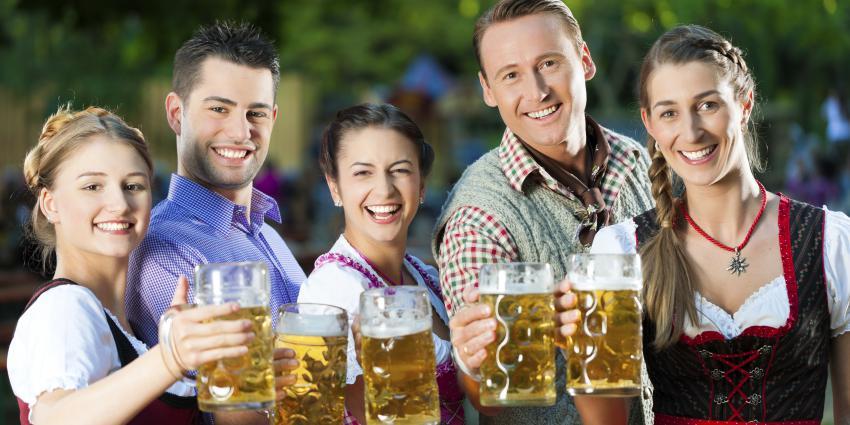 Maifest Frauen und Männer mit Maß Bier