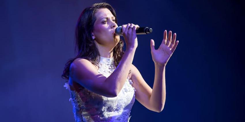 Künstler der Woche Nadine Stockmann mit Mikrofon bei Auftritt