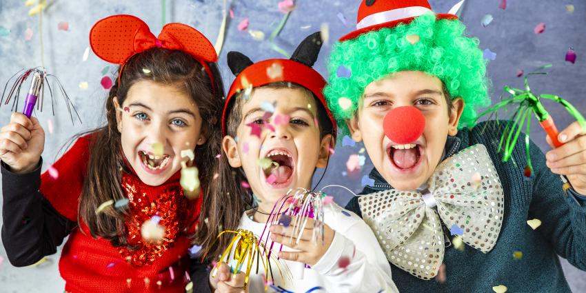 Kinder feiern kostümiert
