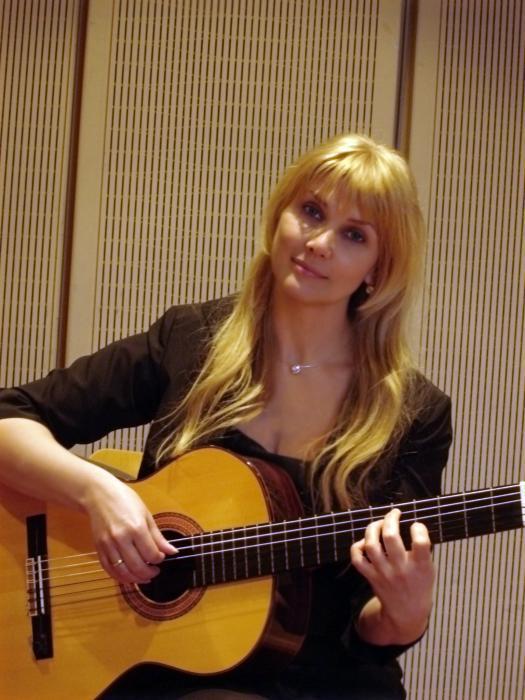 Gitarristin Tatiana von SwingCocktail
