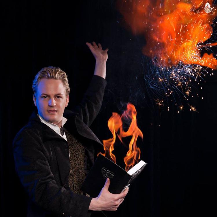 Jeff de Fire spielt mit dem Feuer.