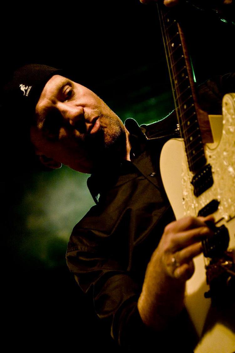 Der vielseitige Musiker Bobby Stöcker live auf der Bühne.