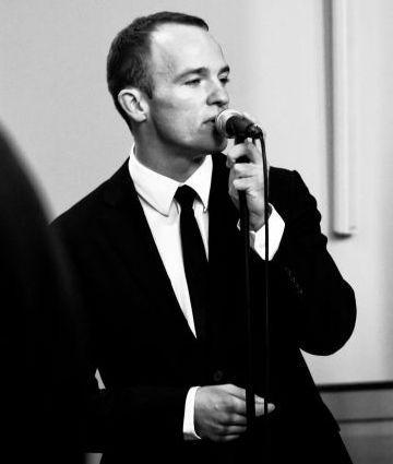 Der Sänger Christian Bruns live bei einer Trauung.