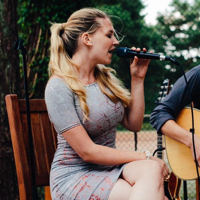 Sängerin Amélie vom Acoustic Duo Blindside