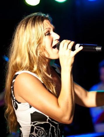 Ingrid Schwarz live bei einem Auftritt