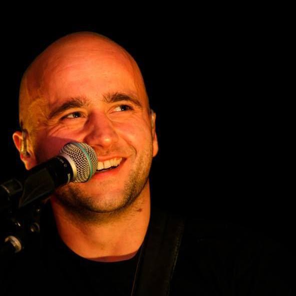 Manu ist Gitarrist und Sänger bei TWICE
