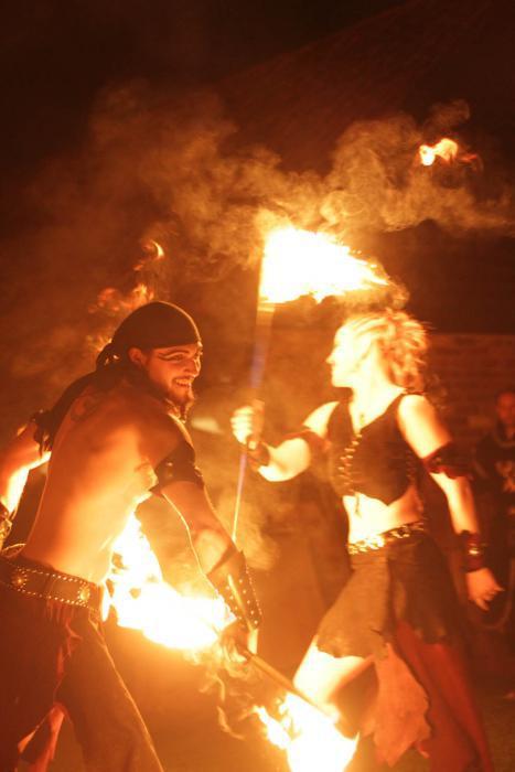 Das Feuerduo Dragonfire bei ihrer Pirates-Show
