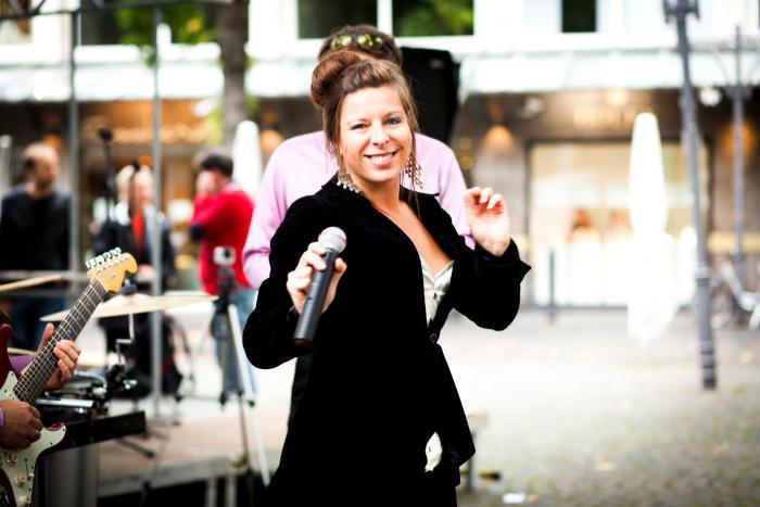 Sängerin Saskia Buggert live bei einem Auftritt