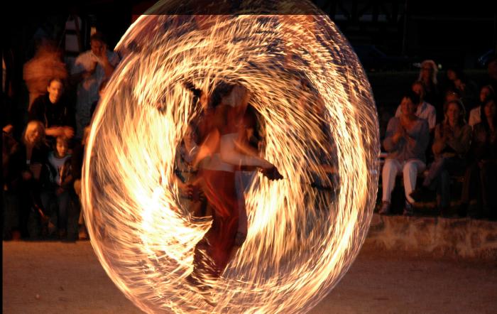 Das Feuerduo Firesail live beim Spiel mit den Flammen