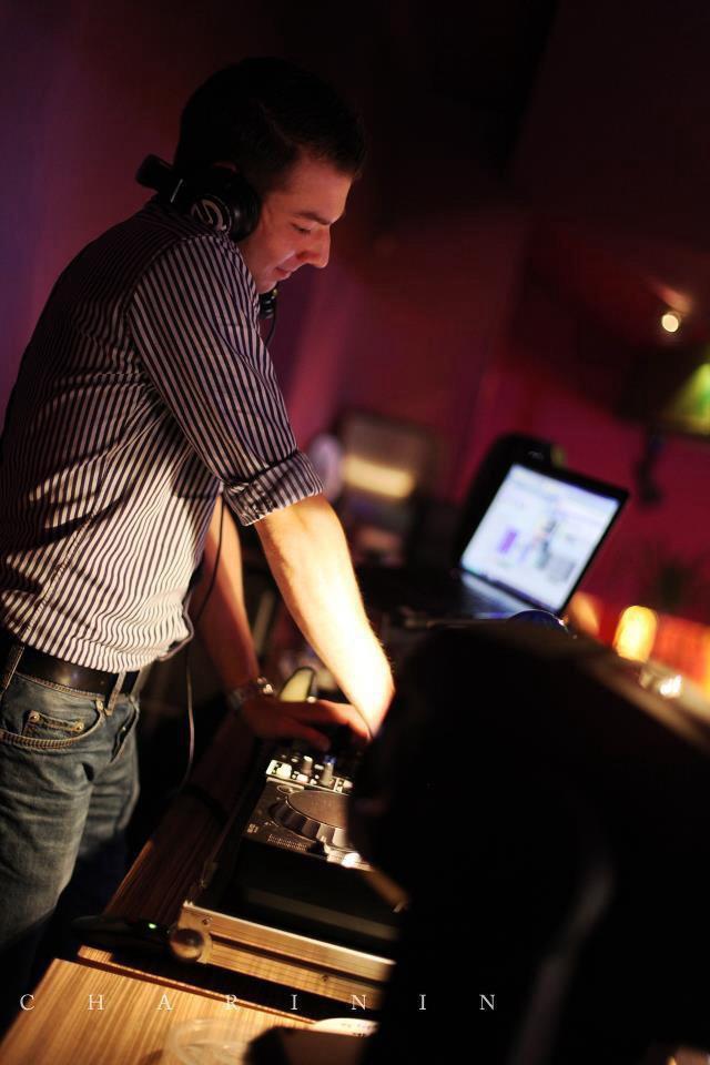 DJ Michael Silent bei der Arbeit als DJ