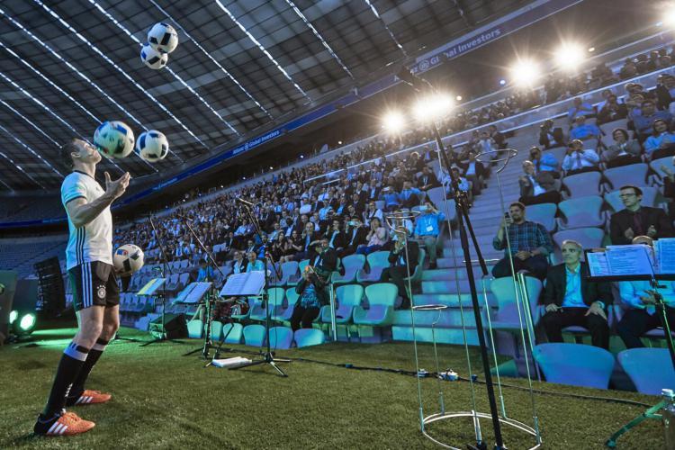 Sebastian Landauer tritt als Fußballjongleur in Stadion auf
