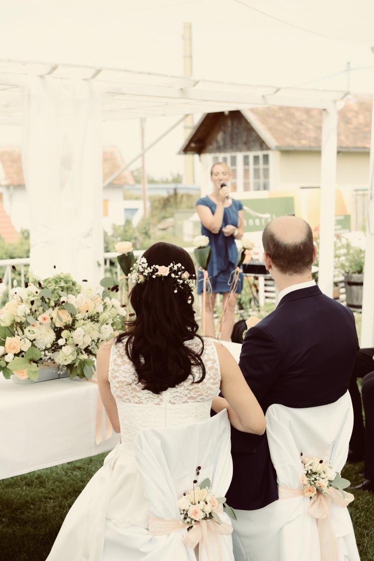 Barbara Endl-Kapaun mit Hochzeitspaar