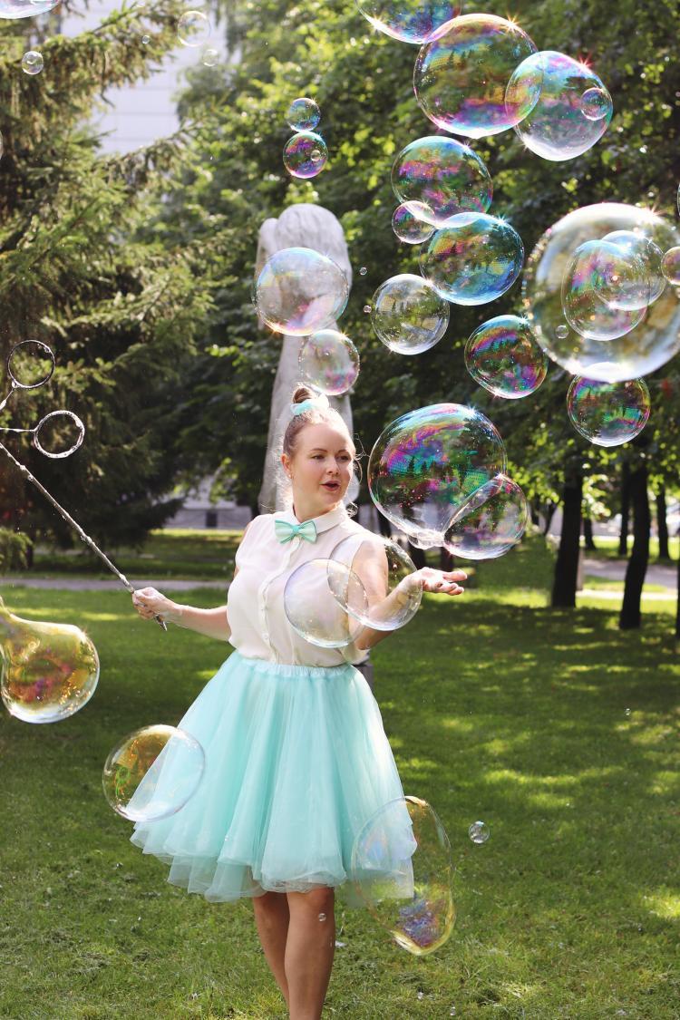 Seifenblasenkünstlerin Ekaterina Kraft in der Natur