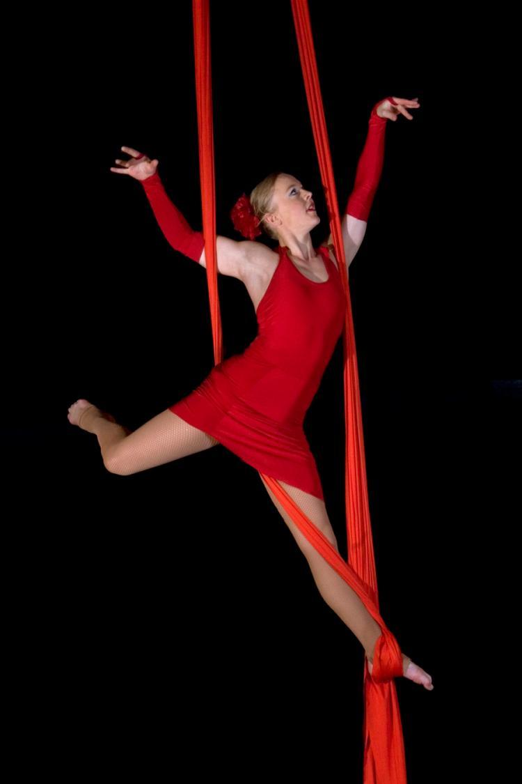 Airdance - Leonie schwebend in rot