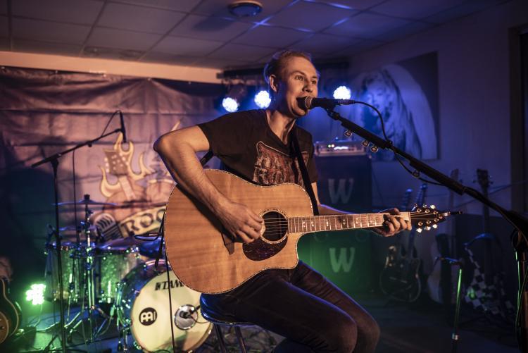 Ben Reichert mit Gitarre auf der Bühne