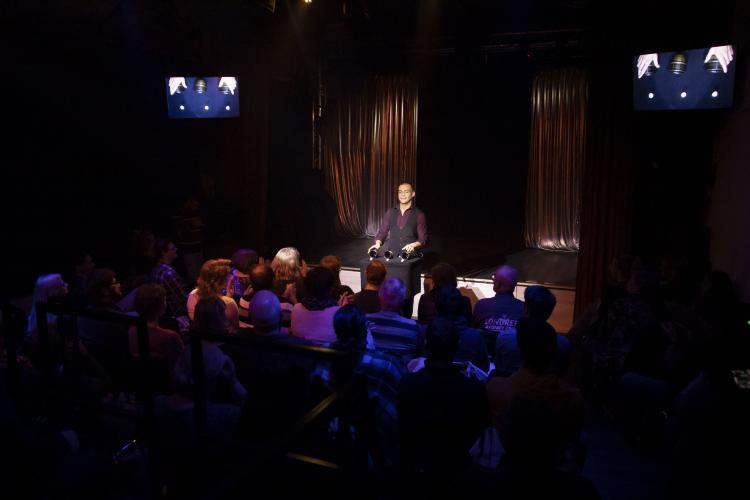 Zauberer Chris Calvin auf der Bühne