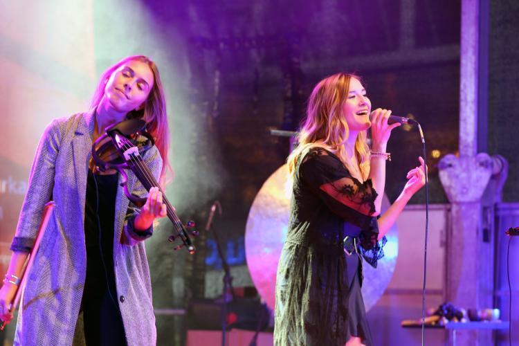 Taluamsuic Duo auf der Bühne