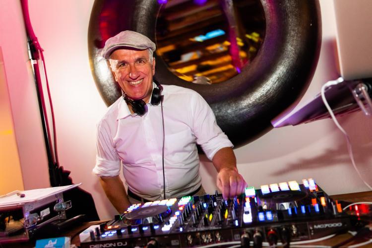 DJ Paul van Groove am Mischpult