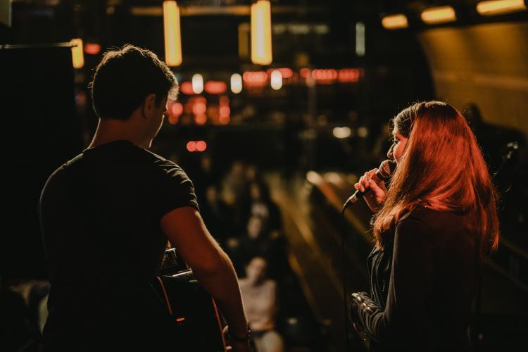 Sängerin Colleen Marie mit Gitarrist Jonathan auf der Bühne