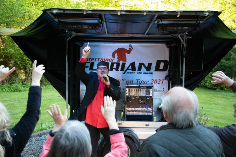 Florian D. mit der kleinsten mobilen Bühne Deutschlands