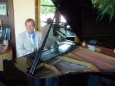 Musiker Neo als Pianist am Flügel