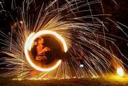Feuerkünstler Feuergöttin und Burning George