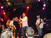 Sängerin Steffi Göddertz rockt die Bühne mit Band