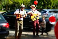 Martin und Luka spielen auf der Straße.