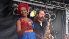 Sängerin Efe mit Saxophonist
