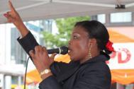 Sängerin Efe live bei einem Auftritt