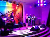 Jenny C. live mit Band auf der Bühne