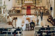 Hochzeitssängerin Sandra singt bei einer kirchlichen Trauung