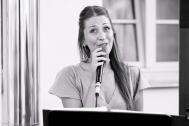 Hochzeitssängerin Rebecca Jäger singt live bei einer Trauung.