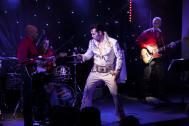 Andy King rockt als Elvis die Bühne.