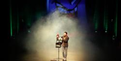 Bauchredner Alpar Fendo live bei einem Auftritt