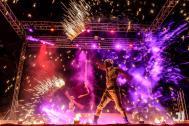 JAGO & L-ION bunte Feuershow auf der Bühne.