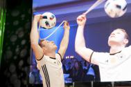 Sebastian Landauer trickst mit Fußball überm Kopf