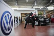 Sebastian Landauer balanciert Fußball auf Stirn vor Auto