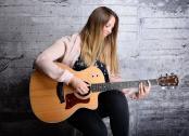 Hochzeitssängerin Nicole mit Gitarre