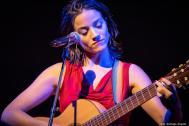 Sarah Laminger mit Gitarre