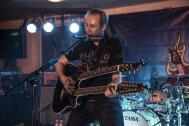 Ben Reichert mit Gitarre und Mundharmonika
