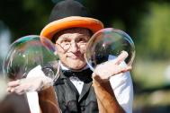 Rinaldo Seifenblasenkünstler zwei Seifenblasen