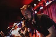 Román y sus Timberos Saxophon spielend