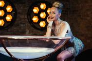Burlesque Berlin - Champagnerglasshows by Miss Jane Johnson
