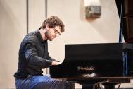 Thomas am Klavier