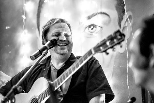 Markus Macky Müller - Gesang & Gitarre, DJ, Band