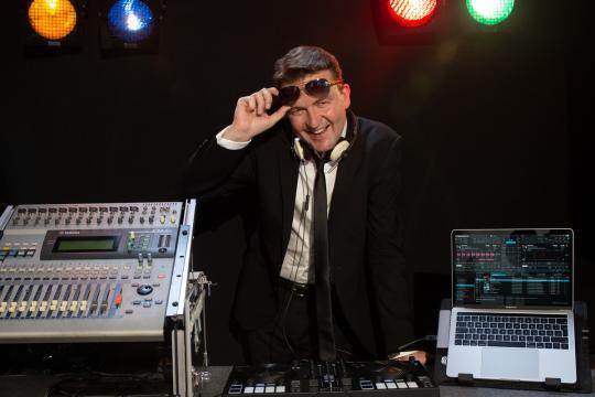 DJ, Sängerin und Streicher als Live-Band (Dialog Quartett)
