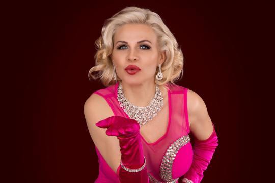 Chloé de Petit - Burlesque Showgirl