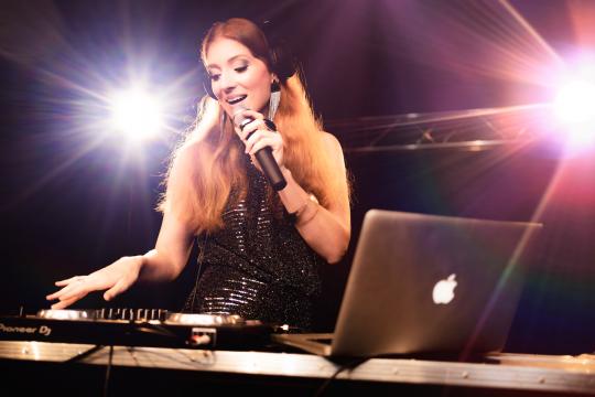 Jasmin Perret - Singing DJane & Hochzeitssängerin